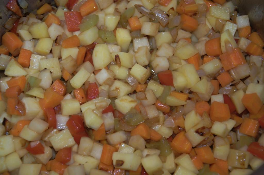 Gemüse für Borschtsch im Suppentopf
